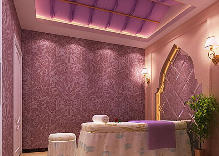 这是室内墙面的特写场景,用墙纸来装饰墙面,提升了空间的品位和视觉