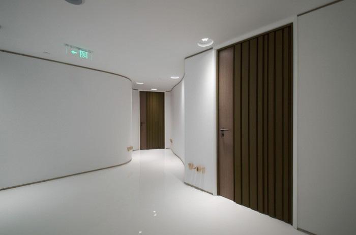 为避免墙壁的单调性,设计师将将单调的墙面设计成有艺术感的椭圆形