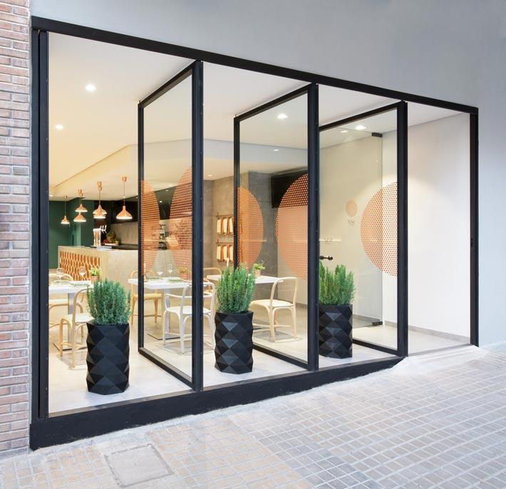 清新特色餐厅侧面装修设计效果图
